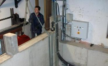 Mit Hilfe von zwei Flaschenzügen musste der Generator wieder in den Turbinenkeller gebracht werden