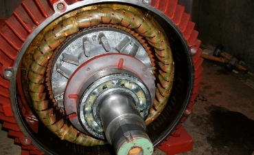 Da der Generator zu schwer ist um ihn im Ganzen in den Turbinenkeller herabzulassen, konnte er erst vor Ort montiert werden