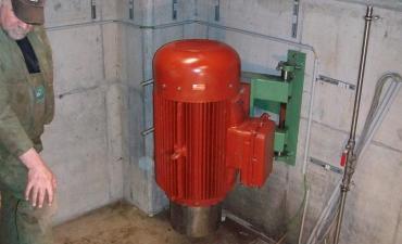 Nach erfolgter Montage wurde der Generator wieder an seine Halterung an der Kellerwand angebracht  Generator St. Marienthal 12  Generator St. Marienthal 13 Der Generator läuft nach erfolgter Abnahme seit dem 22.10.2012